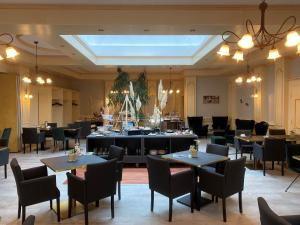 A restaurant or other place to eat at Flair Hotel Vier Jahreszeiten