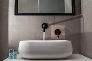 A bathroom at Ano Kampos Hotel & Suites