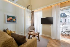 A television and/or entertainment center at Loev Hotel Rügen