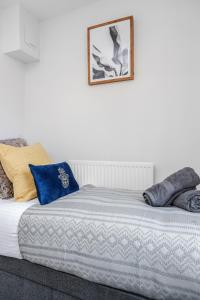 A bed or beds in a room at Chic 2-Bed Apt - London Zoo - Shopping - Events