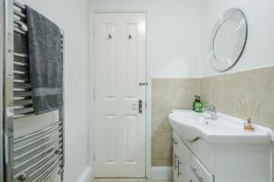 A bathroom at Chic 2-Bed Apt - London Zoo - Shopping - Events