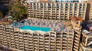 Uitzicht op het zwembad bij Gloria Palace Amadores Thalasso & Hotel of in de buurt
