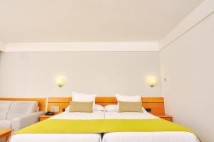 Een bed of bedden in een kamer bij Gloria Palace Amadores Thalasso & Hotel