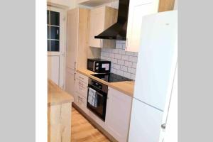 A kitchen or kitchenette at Stunning 2 bedroom flat in South/East London