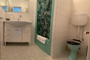 A bathroom at Warburton Motel