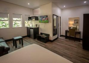 A television and/or entertainment centre at Parade Hotel