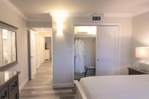 A bed or beds in a room at Dolphin Cove