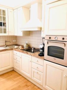 A kitchen or kitchenette at Via Del Corso Home Roma