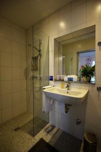 A bathroom at Gästehaus Am Hochsimmer