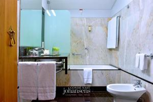 A bathroom at Casa Melo Alvim - member of Unlock Boutique Hotels