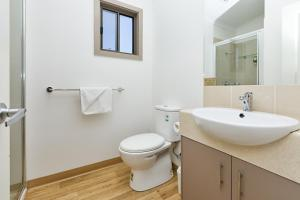 A bathroom at Gardenview