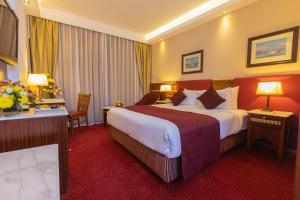 Een bed of bedden in een kamer bij Golden Tulip Hotel Flamenco Cairo