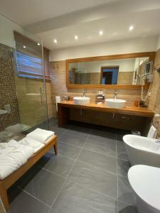 A bathroom at Card International Hotel