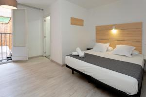 A bed or beds in a room at Hostal Easy Sants