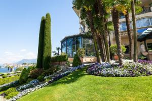 A garden outside Hotel Villa e Palazzo Aminta