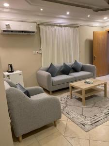 Uma área de estar em Venice Nights Furnished Apartments