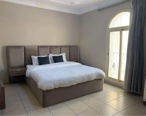 Cama ou camas em um quarto em Venice Nights Furnished Apartments