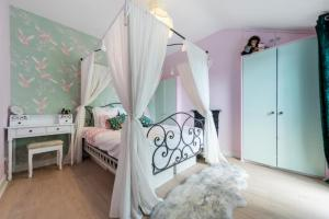 A bed or beds in a room at Fashionably Fabulous Designer Apartment Luxe with Private Roof Terrace 24h Transport Zone 2 Greater London