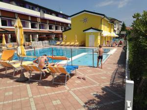 Bazén v ubytování Villaggio Margherita nebo v jeho okolí