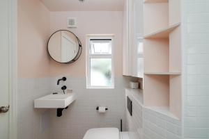 A bathroom at GuestReady - Stunning 1BR Flat in Highbury