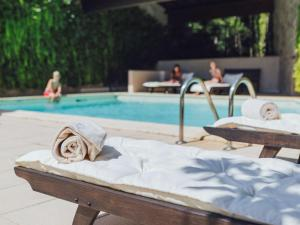The swimming pool at or close to Mercure Figeac Viguier du Roy