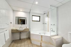 A bathroom at Quality Hotel City Centre