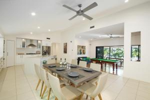 A restaurant or other place to eat at 20 Avalon Street Coolum Beach - Pets Welcome