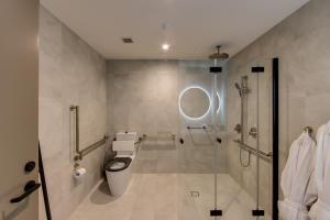 A bathroom at Oval Hotel
