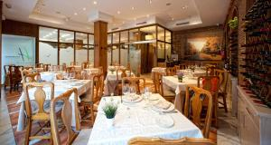 A restaurant or other place to eat at Hotel Torrepalma