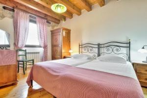 A bed or beds in a room at Casa Romantica La Parenzana
