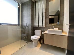 A bathroom at Ariva on Shan Serviced Residences (SG Clean)
