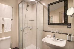 Een badkamer bij Sloane Square Hotel