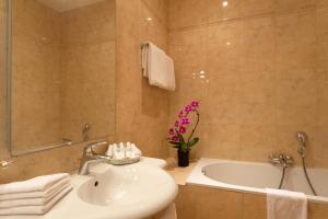 A bathroom at Amarante Beau Manoir