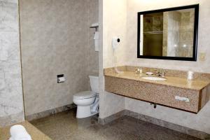 A bathroom at Marco LaGuardia Hotel & Suites