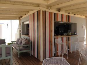 Salon ou bar de l'établissement Nissaki Beach Hotel