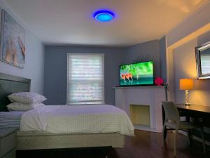 A bed or beds in a room at Winnipeg Holiday