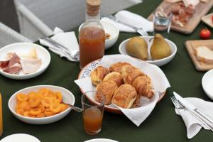 Breakfast options available to guests at Hotel Montreal