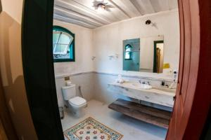 A bathroom at Ville Real Hotel