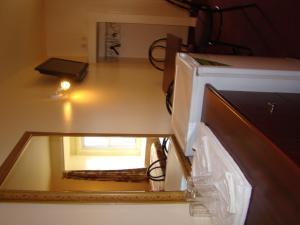 Télévision ou salle de divertissement dans l'établissement Hotel Quartier Latin