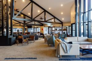 The lounge or bar area at Freycinet Lodge