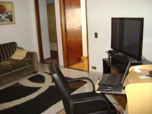 A television and/or entertainment center at Apartamento Guarulhos