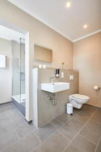 A bathroom at Zum Landsberger Hof