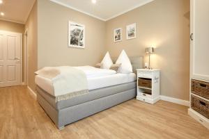 A bed or beds in a room at Zum Landsberger Hof