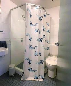 A bathroom at Boardrider Backpackers and Budget Motel