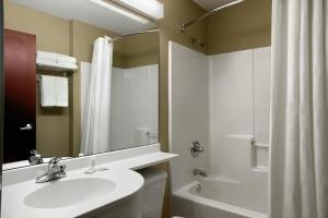 A bathroom at Microtel by Wyndham Cedar Rapids/Marion