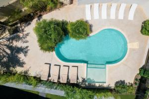 A view of the pool at Bastide Vieux Chêne or nearby