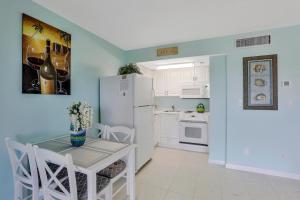 A kitchen or kitchenette at Beach Club 403
