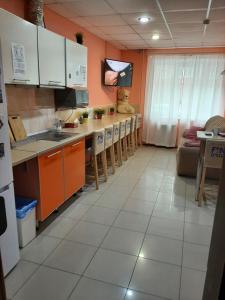 "A kitchen or kitchenette at Хостел ""Смородина-НСК"""