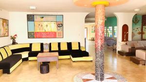 Ein Restaurant oder anderes Speiselokal in der Unterkunft Eco Hotel Katarma