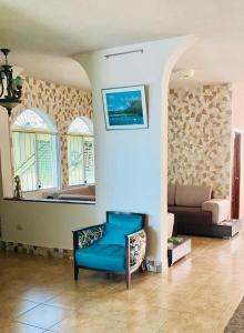 Ein Sitzbereich in der Unterkunft Eco Hotel Katarma